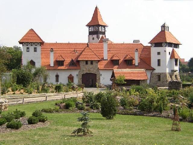 Hrad Červený Újezd, zdroj www.hrad-cervenyujezd.cz