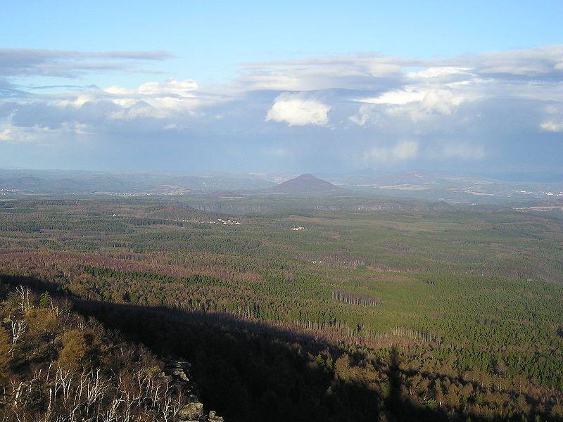Pohled z Děčínského Sněžníku na Růžový vrch - autor Pindick, licence CC 3.0 http://creativecommons.org/licenses/by-sa/3.0/deed.cs