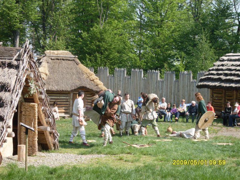 Archeopark Chotěbuz - Prohlídky pro základní a střední školy, program pro školní exkurze