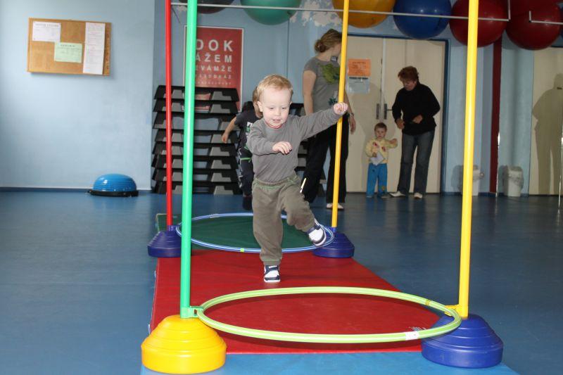 Cvičeníčko - Mgr. R. Nemkyová, T. Plíhal - Veselé cvičení rodičů a dětí ve Fitness Centru Kameňák, Brno