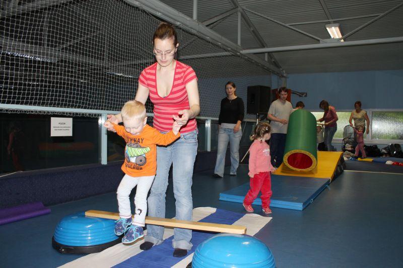 Cvičeníčko - Mgr. R. Nemkyová, T. Plíhal - Veselé cvičení rodičů a dětí ve Sport Centru Brno-Ivanovice