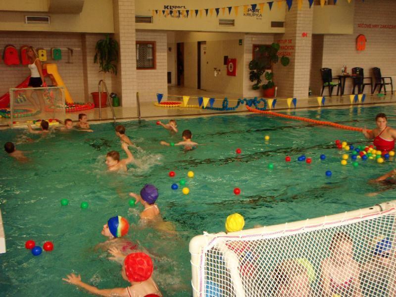 Plavecká škola Žabka Teplice - Kurzy plavání pro ZŠ a MŠ v plaveckém bazénu Krupka