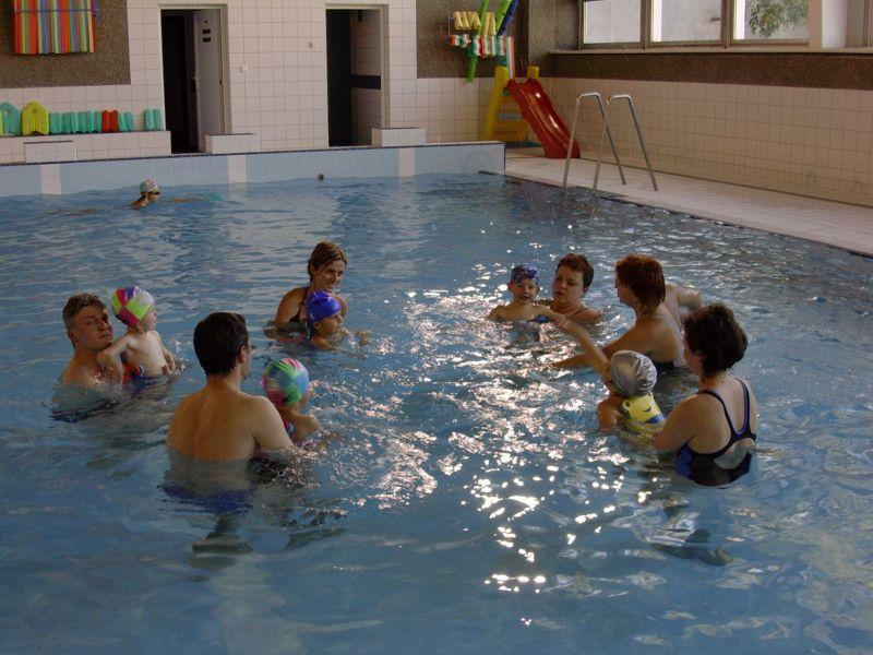 Renata Pavlů - Plavání rodičů s dětmi v bazénu ZŠ Štefánikova, Hradec Králové