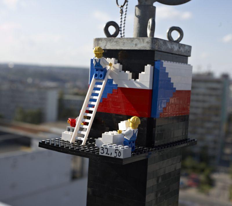 V Praze vyrostla nejvyšší LEGO® VĚŽ na světě. Rekordní výškou 32,5 metru přesáhla i okolní budovy.